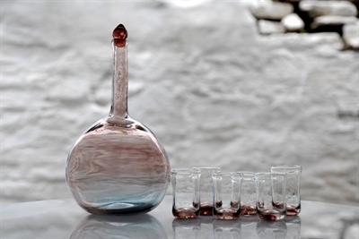 Εικόνα της Μπουκάλι και ρακοπότηρα.