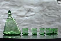 Εικόνα της Μπουκάλι και μεθυσμένα ρακοπότηρα